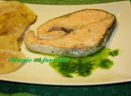 Salmone con salsa verde e patate sabbiose