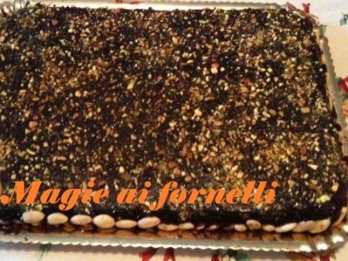 Pan di spagna ai pistacchi con crema all'arancia e copertura di cioccolato