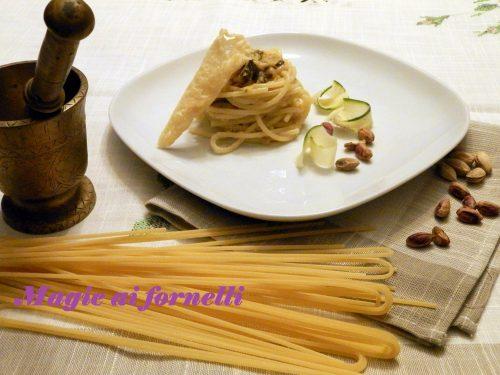 Spaghetti lunghi con crema di zucchine e granella di pistacchi