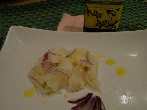 Stock al vapore condito con olio al limone e cipolle rosse di Tropea