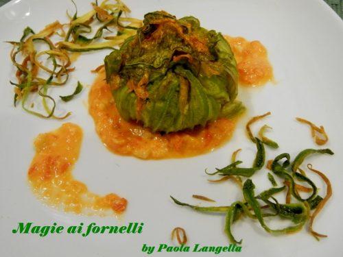 Turbante di fiori di zucca ripieno di pesce spatola su salsa di peperoni e pinoli