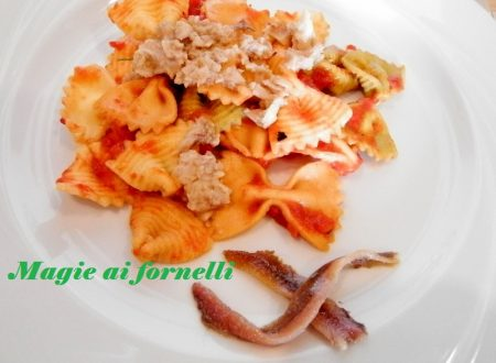 Farfalle colorate con tonno e acciughe