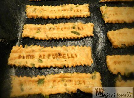 Biscottini salati alla paprika affumicata e olive e parmigiano