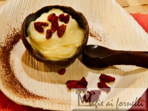 Scodelle e cucchiaini di cioccolato