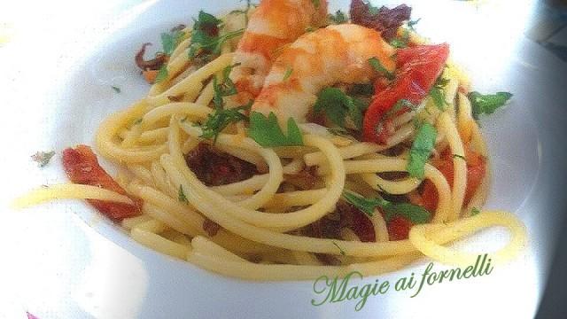 spaghetti gamberi e pomodori confit