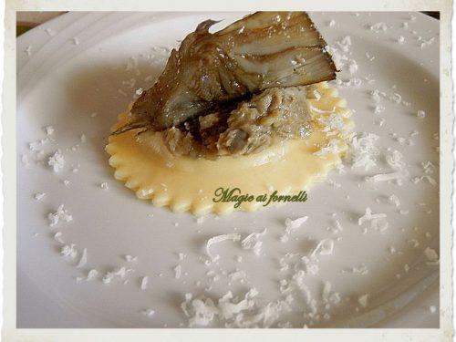 Ravioli ricotta allo zafferano con crema di carciofo