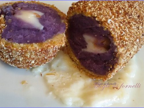 Crocchè di  patate a pasta viola su fonduta di provolone