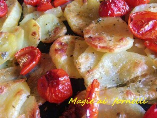 Patate al forno all'origano e pomodorini